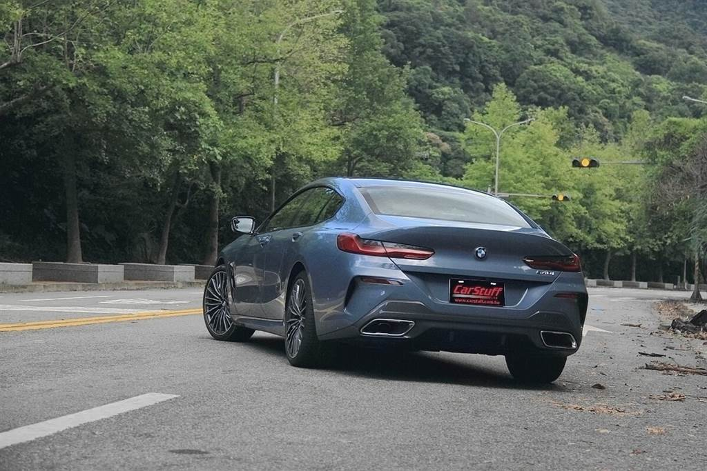 讓一部車展顯著充沛動力感,我們常用肌肉線條來加以形容,但「肌肉」與「線條」必須都存在才會有美感,不然過瘦徒有線條會缺少力量感!精確繪製的延綿線條和膨脹的車身表面相結合,就像貫穿BMW品牌新設計語言的螺紋一樣,讓BMW 8系Gran Coupe的外觀在動力和優雅之間達到獨特的平衡,如同身材健美的紳士,穿上訂製合身的西裝,帶有深藏不露的氣勢。
