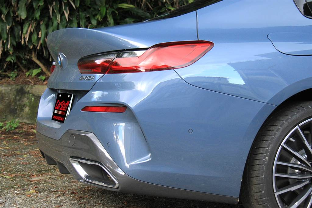 不同於Coupe版,採用趨於上翹造型的車尾設計,令人聯想到當年叱吒車壇,並且至今仍很有味道、不退流行的E46 M3 CSL。
