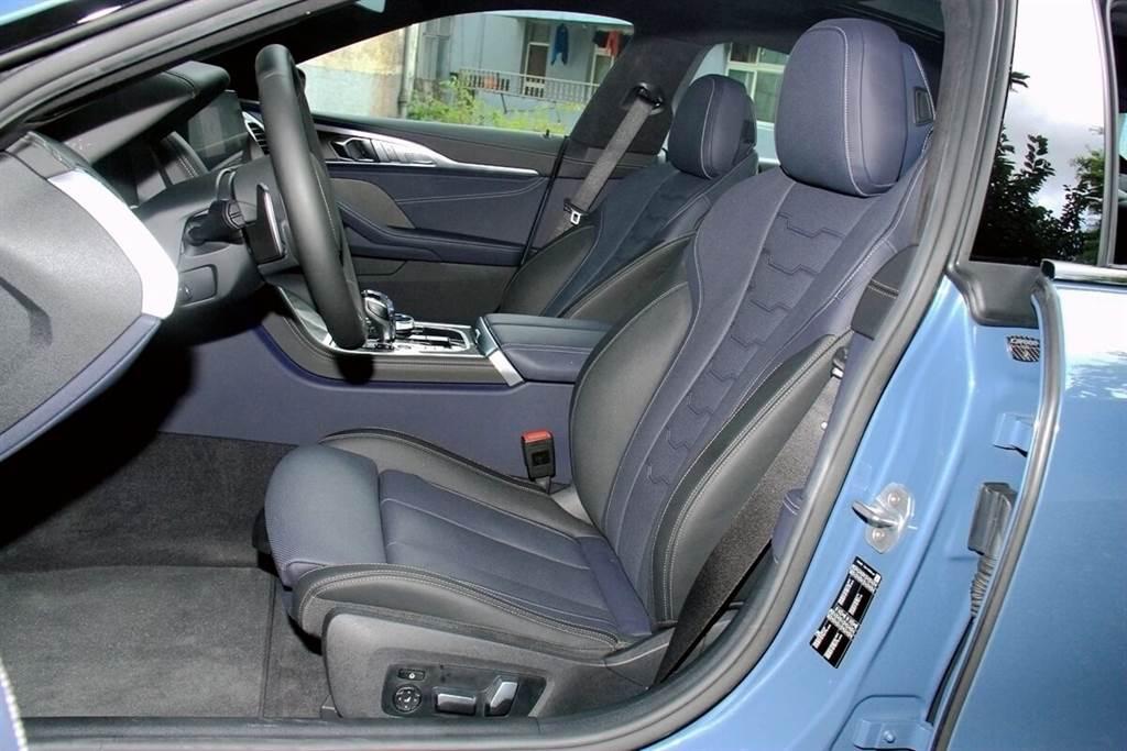 標準配備頂級BMW Individual Merino真皮包覆跑車座椅,不僅彰顯強烈運動化風格,同時也為後座乘客提供運動化包覆性與一體式頭枕的跑車乘坐體驗。後座中央有專用的中控檯區隔左右,雖然中央位置看起來不太適合成人乘坐,但還是配有完整的安全帶系統。