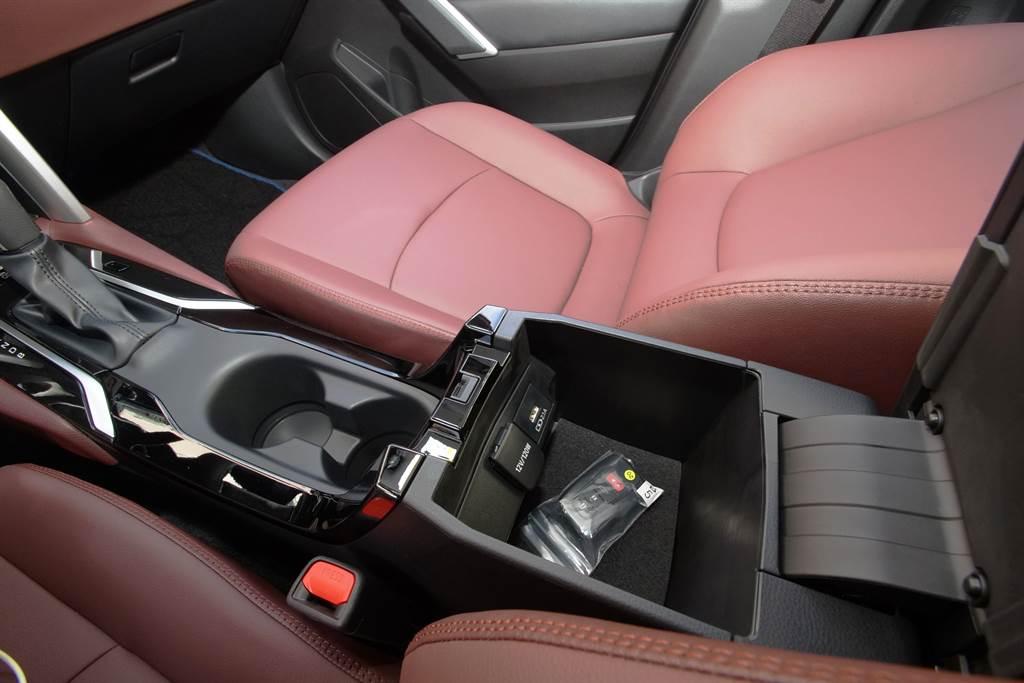 中央扶手手套箱不大,但內部提供12V電源孔及USB充電埠。