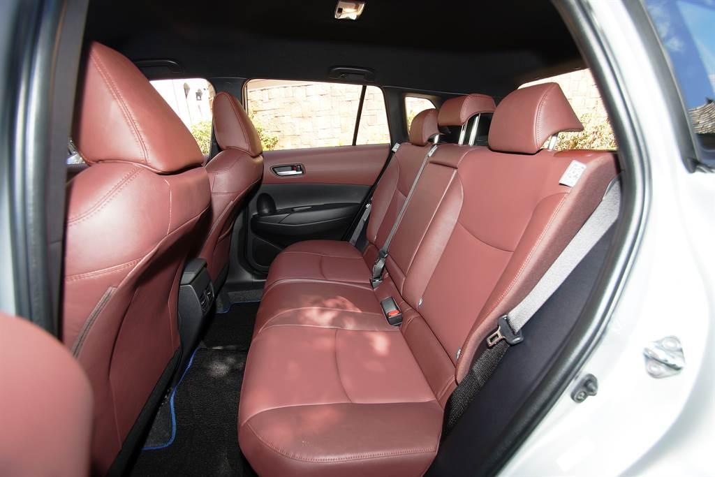 2640mm的軸距提供舒適的乘坐感,充裕的頭部空間也完勝一般房車。