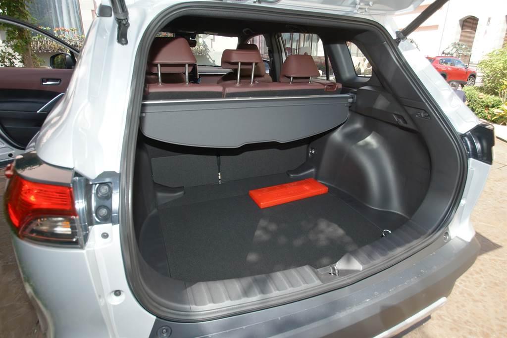 後廂行李容積達487L,Hybrid旗艦款配備貼心尊榮的足踢式感應電動尾門。