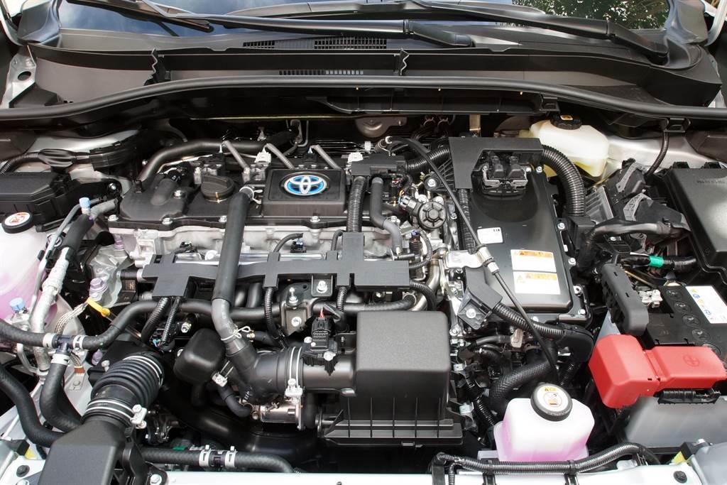 Corolla Cross Hybrid搭載1.8升油電混合動力系統,並由E-CVT電子控制無段變速系統負責驅策,綜效馬力輸出達122PS,官方公佈平均油耗21.9km/L,節能表現亮眼。