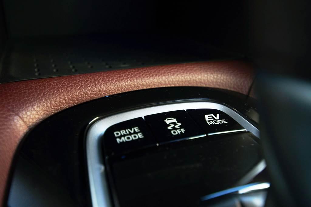 Hybrid車型提供ECO/Normal/Power三種駕馭模式,在電力充足情況下也可以純電EV Mode行駛。