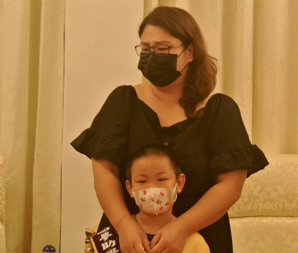 陳俊安媽媽述說兒子抗癌的歷程,見兒子成功打倒病魔回到校園,不禁感動落淚。(羅亦晽攝)