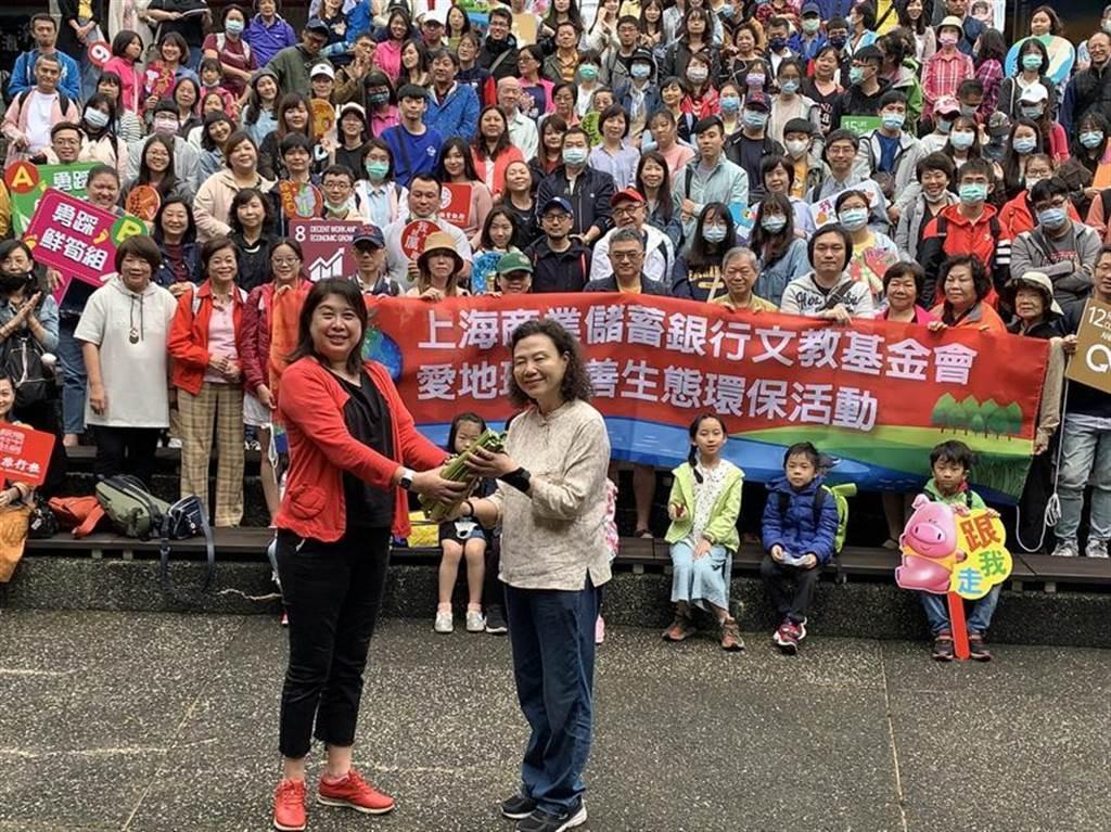 (上海商銀福利會主委朱慧華(左)與新生活促進會創辦人羅素如(右)帶領上海商銀總行志工至三芝舉辦「愛地球 友善生態」活動。圖/上海商銀提供)