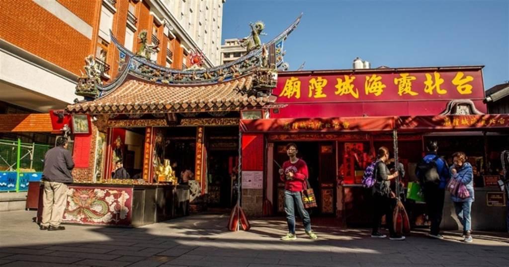 女網友問網友龍山寺與霞海城隍廟(如圖)哪個月老最靈?不料附上的一張照片引發網友暴動。(中時資料照)