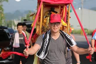 古坑青年患肝病 村民徒步背太子爺赴台南祈福