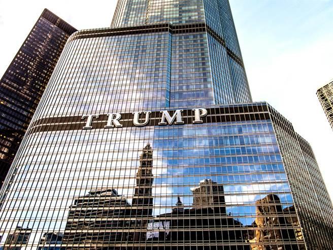 美國一名20多歲男子18日傍晚被目擊懸掛在位在芝加哥的川普國際酒店大廈(Trump International Hotel and Tower)16層樓高外牆,他要求和川普對話,否則就要割斷繩索。(資料照/shutterstock)
