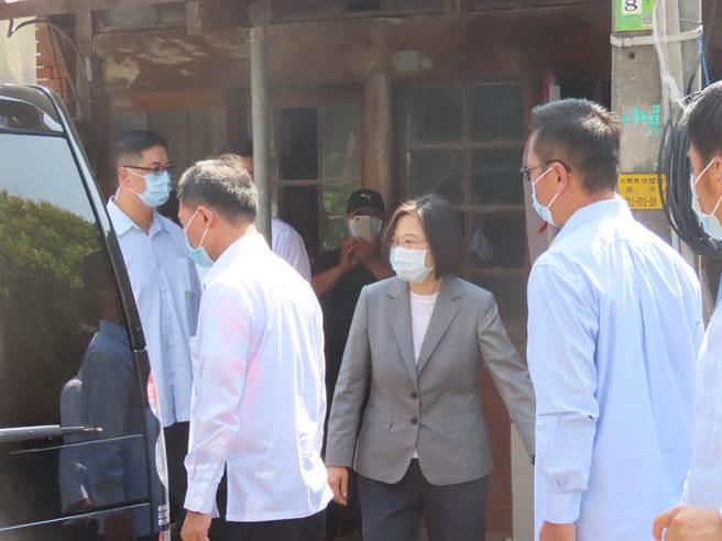 蔡英文總統到台南後壁探視崑濱伯。(莊曜聰攝)