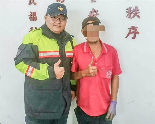 被蜂螫送医获救的张姓农民(右),到泰岗所向员警致谢。(警方提供/罗浚滨新竹传真)