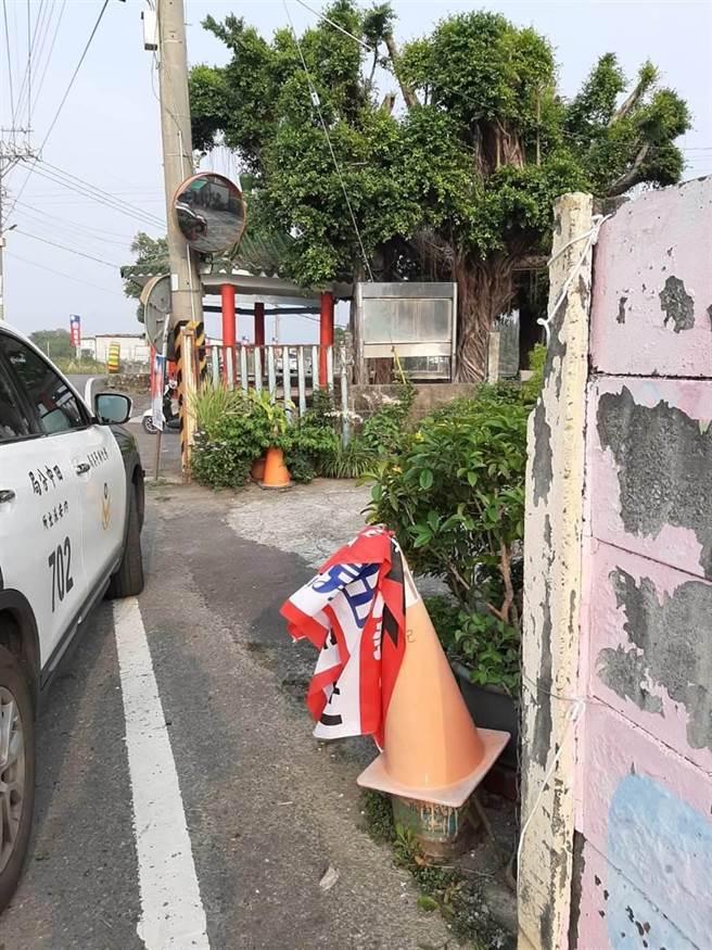 今年初總統、立委選舉倒數,選情緊繃,候選人紛紛架設起看板,旗幟要壯大聲勢,55歲楊姓男子,在1月1日凌晨時,帶著撿來的手套與鉗子,在馬路上隨機行竊。(資料照)