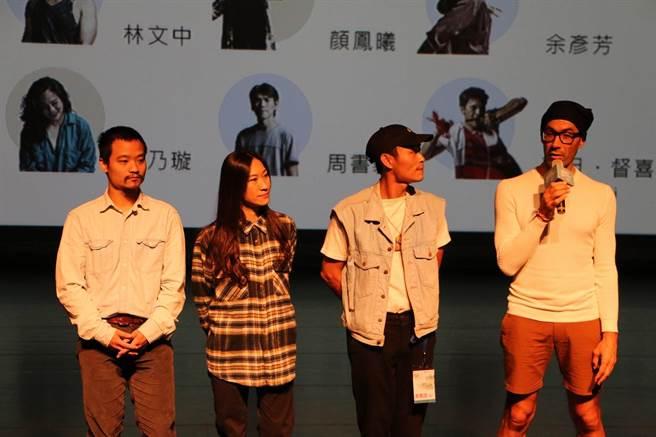 樹林跳演出藝術家(由左至右依序)鐘長宏、林祐如、陳逸恩、貓肉先生向現場觀眾介紹樹林。(許哲瑗攝)