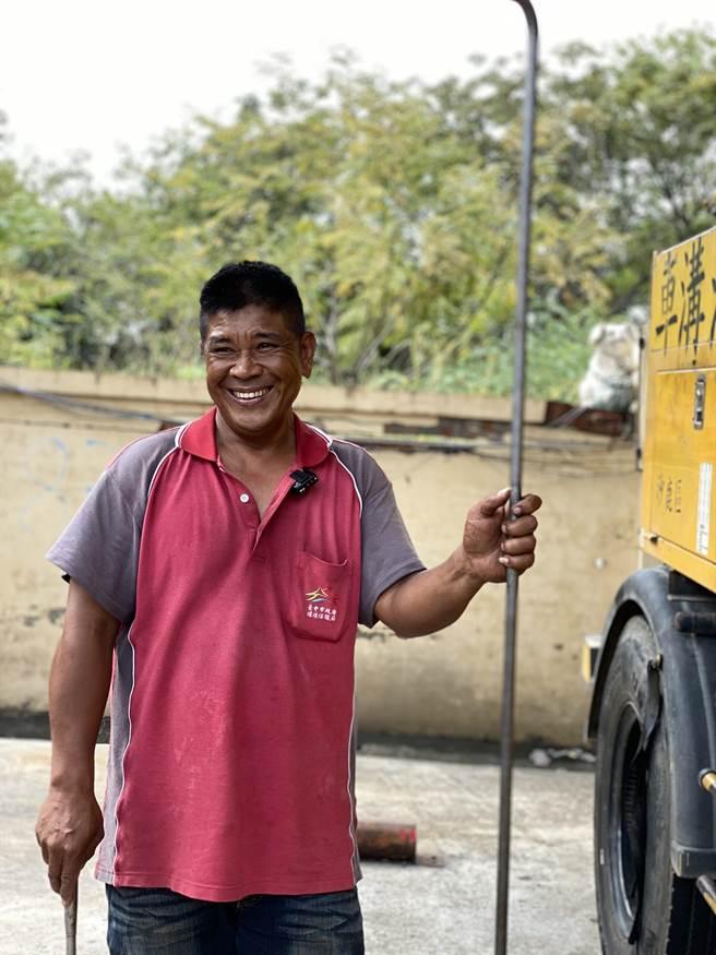 目前全國有3萬多名清潔隊員在工作崗位上默默付出,提供大家一個優質的生活環境。圖為台中沙鹿區清潔隊員邱國華。(環保署提供)