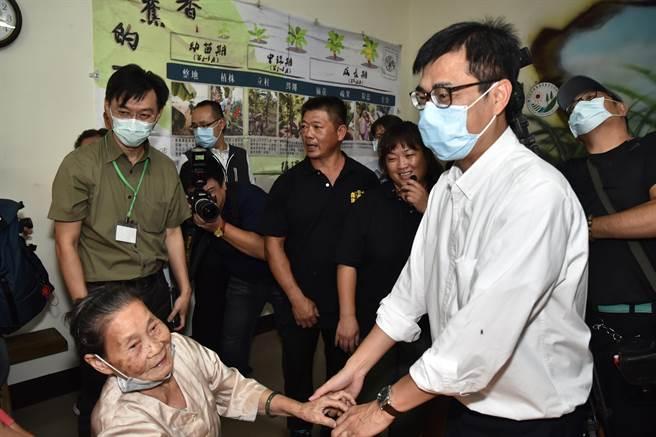 高雄市長陳其邁(前右)19日走訪旗山區糖廠社區,與社區一名奶奶互動,奶奶有點不好意思。(林瑞益攝)