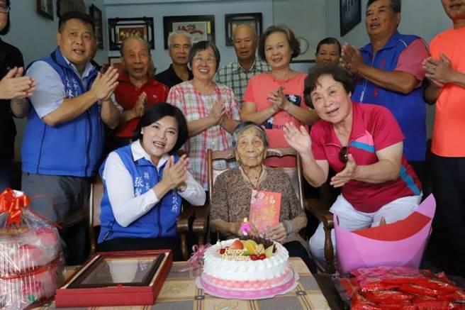 雲林縣長張麗善赴虎尾、土庫探視百歲人瑞,並致贈壽麵、蛋糕為阿嬤慶祝。(周書聖攝)