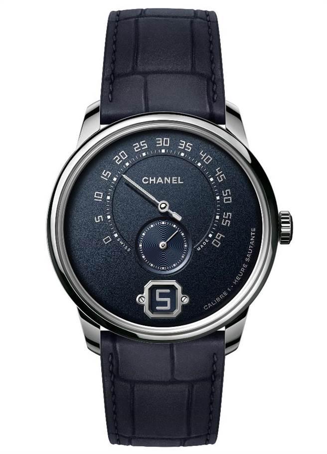 香奈儿Monsieur de CHANEL腕表,深蓝色粒纹表盘,搭载Caliber 1手上炼机芯,130万3000元,限量55只。(CHANEL提供)