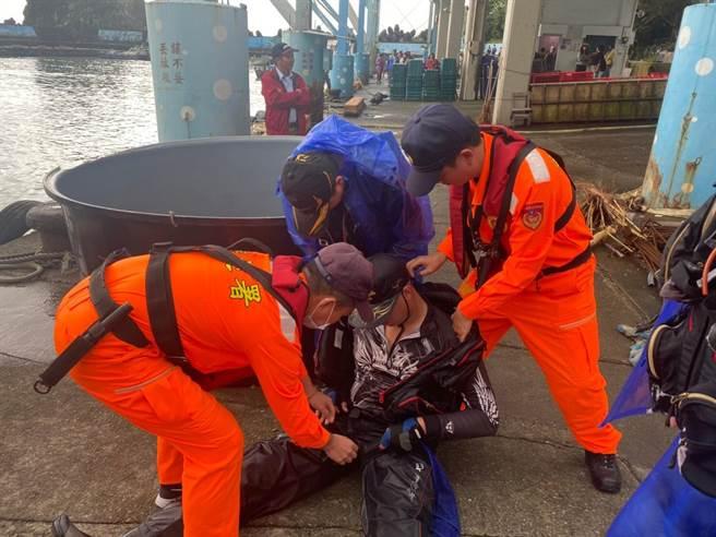 一名釣客今被毒魚刺傷,海巡署北部分署第一岸巡隊粉鳥林安檢所協助釣客就醫。(第一岸巡隊提供/李忠一宜蘭傳真)