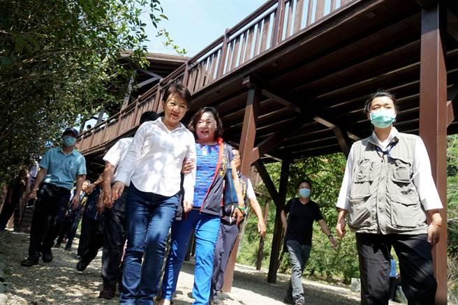台中市長盧秀燕(左)19日出席青桐林生態園區修整完工啟用典禮後,參觀園區木棧道設施。(黃國峰攝)