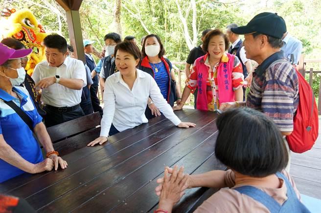 台中市長盧秀燕(左)19日出席青桐林生態園區修整完工啟用典禮後,與民眾話家常,聽取使用心得。(黃國峰攝)