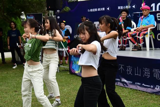 台東縣政府將在10月底舉辦電子音樂祭,30日更將舉行DJ總決賽,圖為台東女中熱舞社為活動熱身。(莊哲權攝)