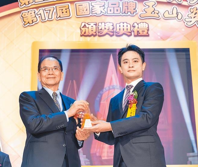 三鋒機器董事林彥均(右)代表獲頒「最佳產品獎全國首獎」。圖/黃俊榮
