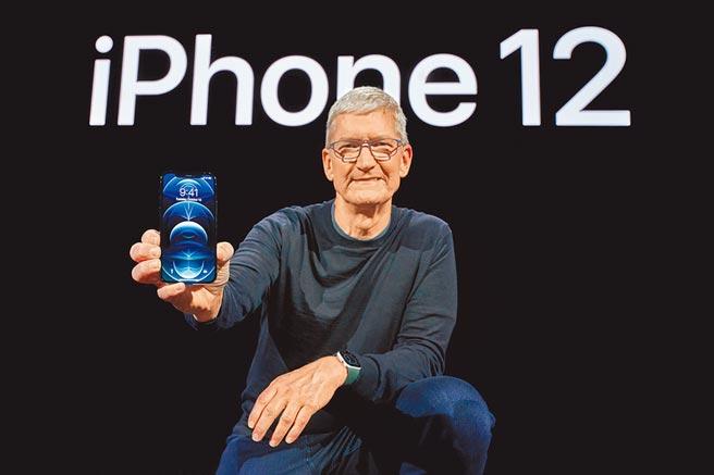 蘋果新機iPhone 12本周五在台開賣。圖為蘋果首席執行長蒂姆.庫克與全新的iPhone 12 Pro合影。(路透)