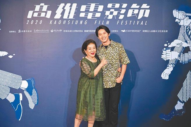 陳淑芳(左)與姚淳耀兩人在片中飾演母子,戲外也似家人。(高雄電影節提供)