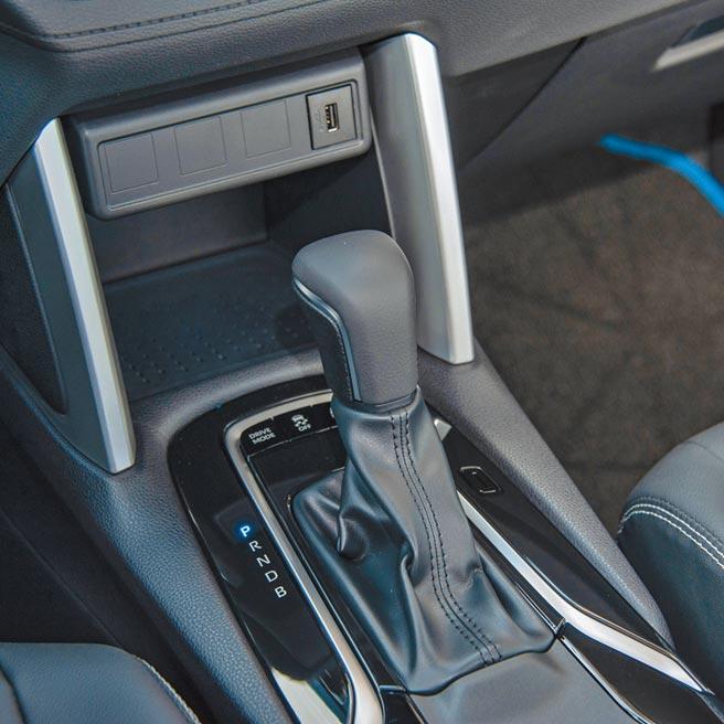 排檔座前方有收納空間及USB充電插孔。(陳大任攝)