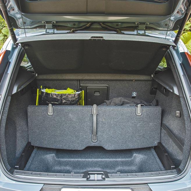 行李廂可自452L擴大至1328L,底板為折疊式設計,可提升收納物品的機能性。(陳大任攝)
