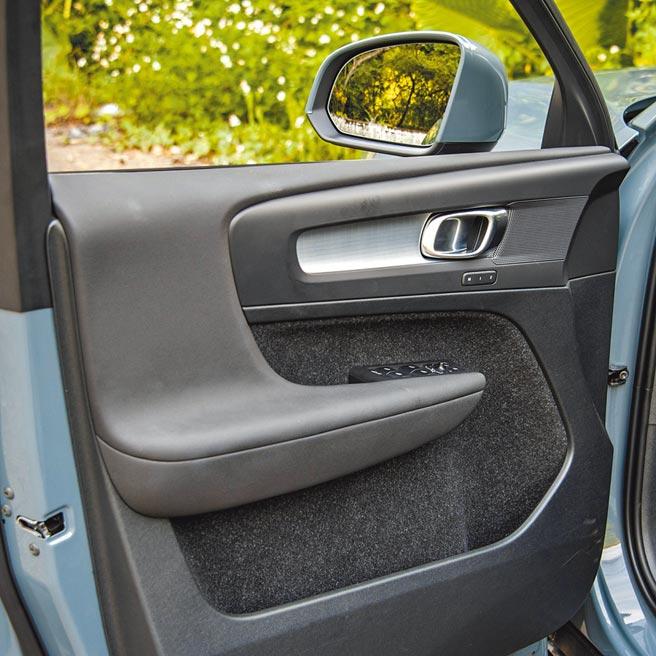 車門提供充裕的置物空間。(陳大任攝)