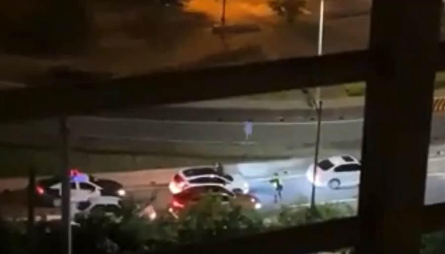 一輛白色汽車於今(19日)凌晨0時許,在新北市五股區遭新北市保安警察大隊攔查,車內駕駛不願意配合警方攔查還加速、衝撞警員逃逸。(翻攝照片)