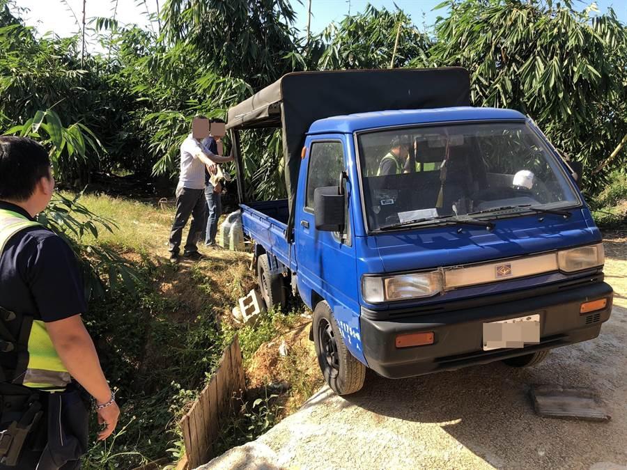 小貨車卡在邊坡,旁邊即是水溝進退維谷,小貨車隨時會滑落,相當危險。(讀者提供/張妍溱台中傳真)