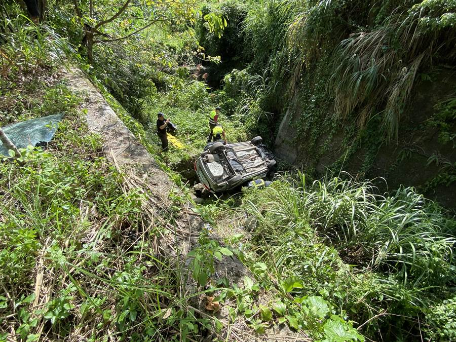 鍾氏夫婦座車衝落5米深的溪底。(消防局提供/謝明俊苗栗傳真)