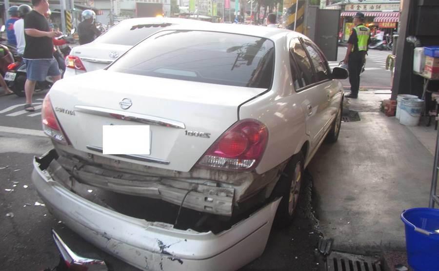 警方將8部毁損車輛,通知拖吊車到場將事故車輛先排除移置。(讀者提供/張妍溱台中傳真)