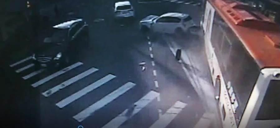 台中市北屯區19日發生中鹿電動客運疑剎車失靈,在北屯路與松竹路471巷前,先衝撞路邊安全島及2處路燈,再衝撞8輛自小客車後停下來。(讀者提供/張妍溱台中傳真)