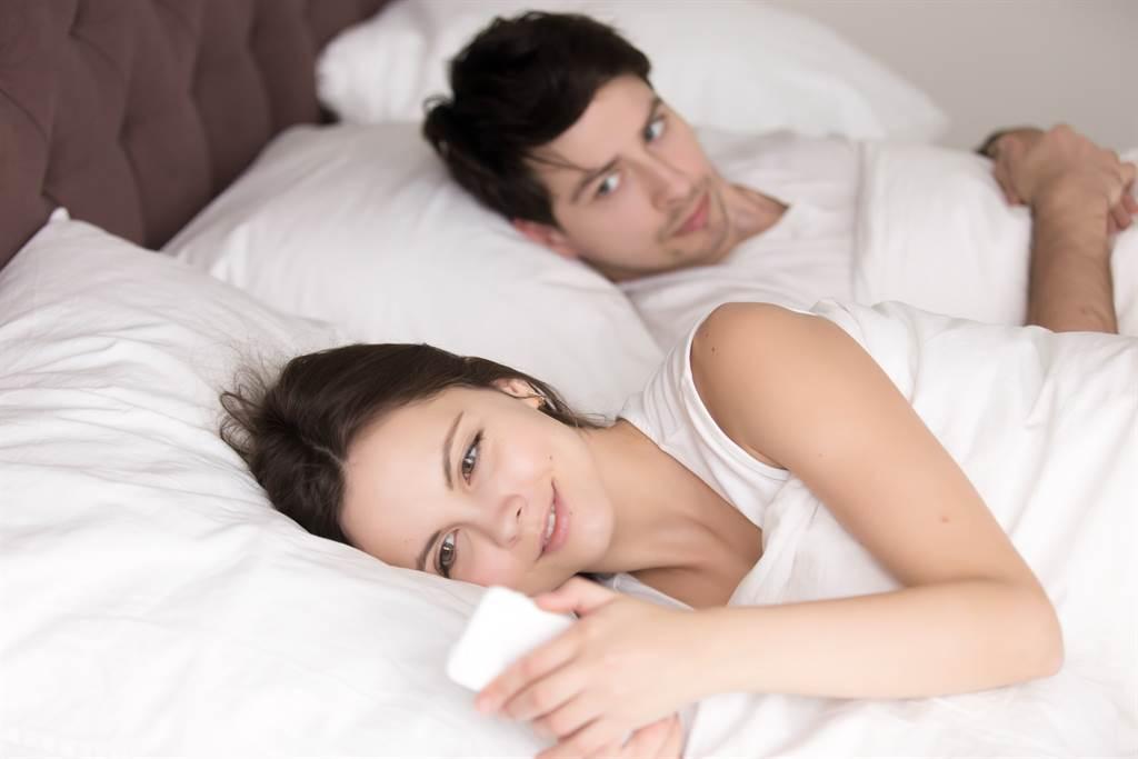 台南有1名人妻與鮮肉男大生搞曖昧,丈夫在妻手機內驚見「我今天要兩天份親親」的親密訊息。(示意圖/達志影像)