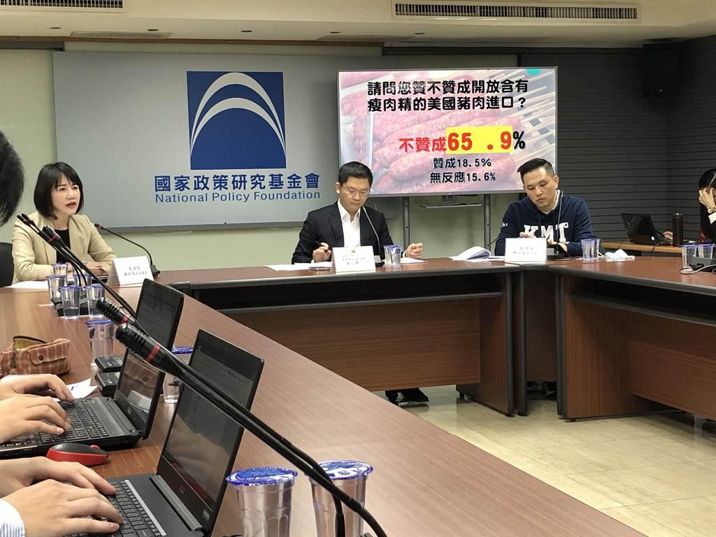 國民黨智庫今天舉行「10月時事議題民調發佈」記者會。(趙婉淳攝)