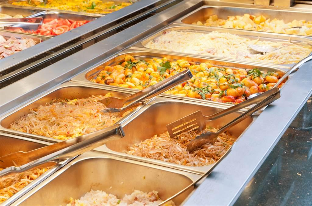 自助餐夾3道菜加碗白飯就要180元,不少網友驚喊,這樣的價格不如去吃鐵板燒,更有人曝地雷食物,夾了小心當盤子。(示意圖/Shutterstock)
