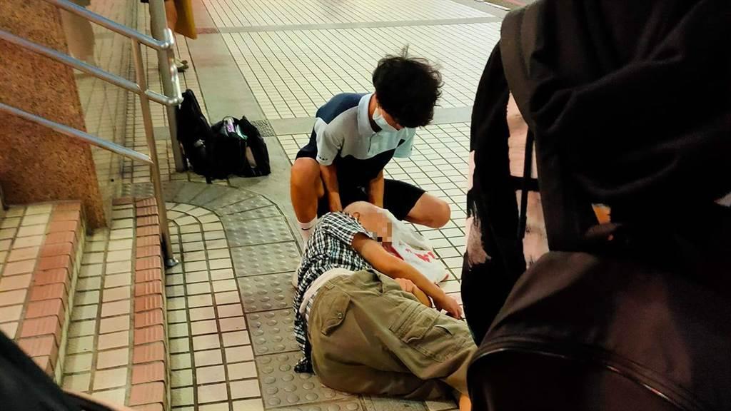一名爺爺昨日步出丹鳳捷運一號出口時,不慎摔落造成頭部出血,丹鳳高中生見狀後,立刻用學校外套救援,令許多一旁的民眾相當感動。(圖/翻攝自愛新莊我是新莊人)