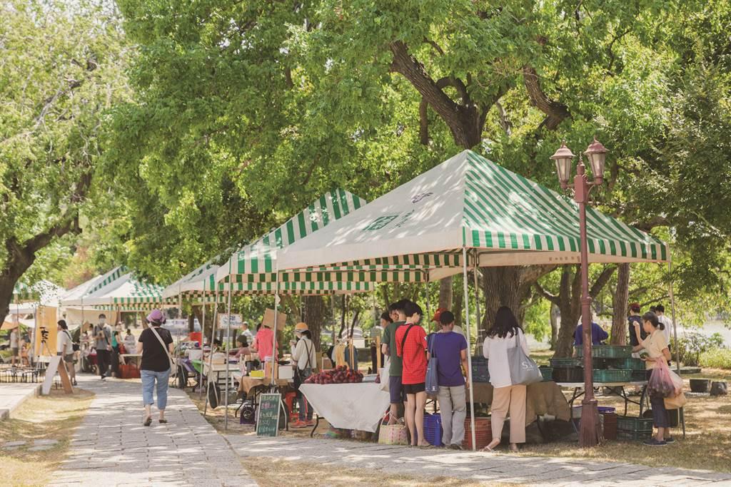 每月的第一與第三個週六早晨,竹蜻蜓綠市集在清大湖畔旁熱鬧展開。(圖/IN新竹提供)
