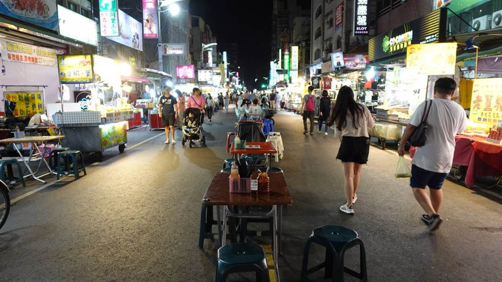 六和夜市徒步共食區,用餐人潮稀稀落落。(照片/游定剛 拍攝)