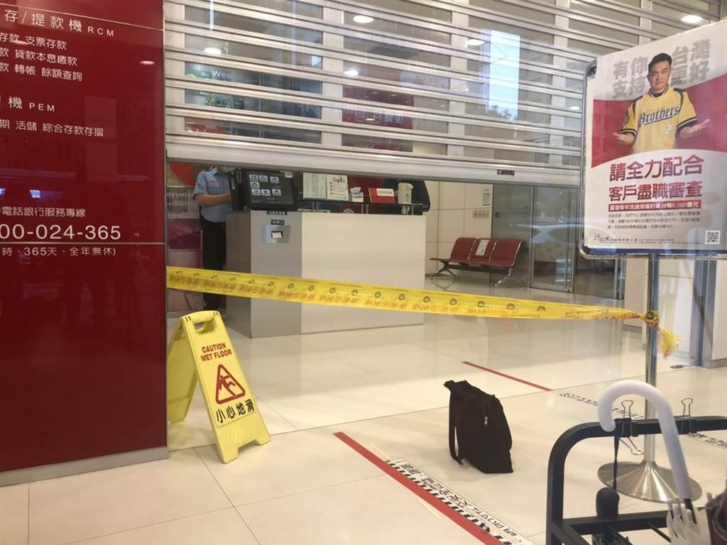 信義路一間銀行遭到歹徒侵入搶走被害人身上42萬。(李文正翻攝)