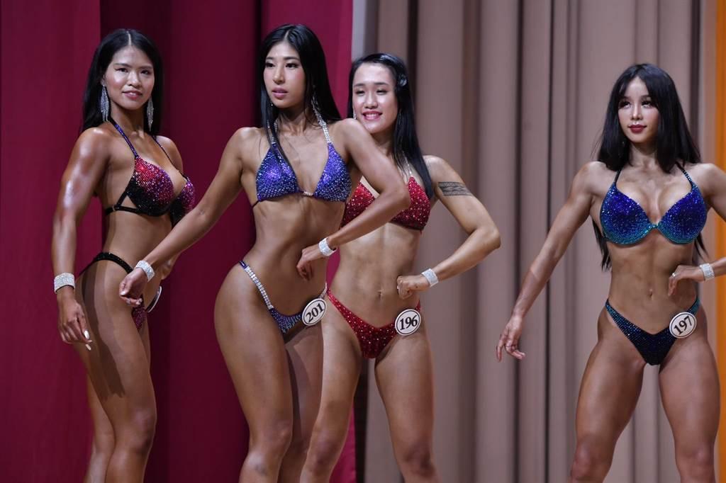 比基尼第二級選手們,展現優美身體線條。(王志偉攝)
