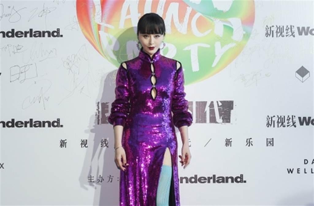 范冰冰今晚一連出席2場活動,紫色旗袍開高衩的打扮吸睛。(取自微博)