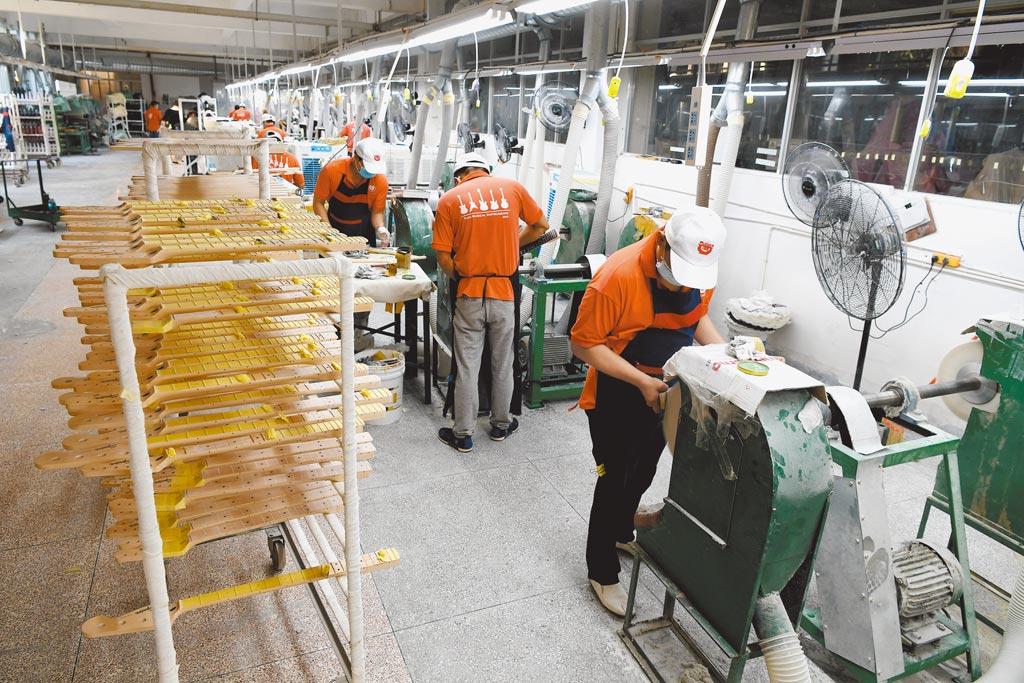 福建漳州成為許多台企投資、開拓市場的熱土。圖為雅歌樂器生產線。(中新社)