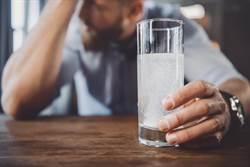 男宿醉頭痛1周沒好  醫揭「驚人真相」:喝到頭殼壞掉