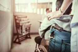 她代領男友退休金遭拒 下秒輪椅推屍現身「我帶他來了」
