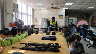小學童體驗警用裝備 興奮參訪苗栗警分局