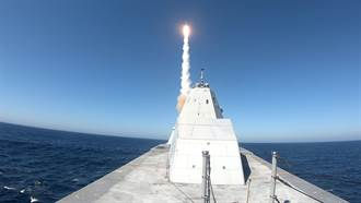匿蹤驅逐艦朱瓦特號 首次發射飛彈